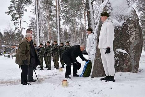 Seppeleen laskivat sotaveteraani Martti Peltomaa Kankaanpäästä, evl. Pasi Tolvanen Porin Prikaatista ja sotaveteraani Tarmo Erkkilä Parkanosta.