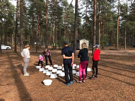 Toisen vuoden opiskelija Sara Männistö ohjasi luontoaiheista muistipeliä.