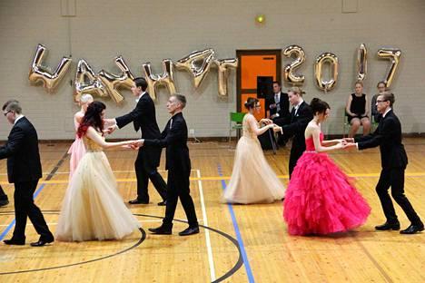 Kokemäen lukiolaiset tanssivat vielä vuonna 2017 Peipohjan palloiluhallissa.