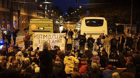 Ympäristöliike Elokapina katkaisi mielenosoituksella Pitkänsillan Helsingissä 6. lokakuuta 2021. Poliisi epäilee Elokapinan taustayhdistystä Elonvaalijat ry:tä kahdesta rahankeräysrikoksesta.