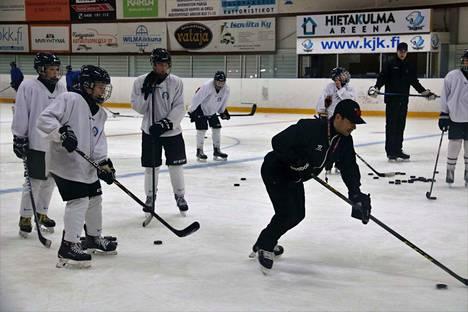 Kiekko-Espoon C2-ikäluokka leireili viime viikolla Kankaanpäässä. Jäähalli sekä kaupungin muutkin harjoitusolosuhteet saivat kehuja. Kuvassa junioreita valmentaa SM-liigassa itsekin pelannut Camilo Miettinen.