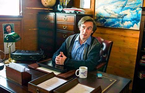 Pinnallinen ja tyrkky toimittaja (Steve Coogan) joutuu pienellä radioasemalla keskelle panttivankidraamaa.