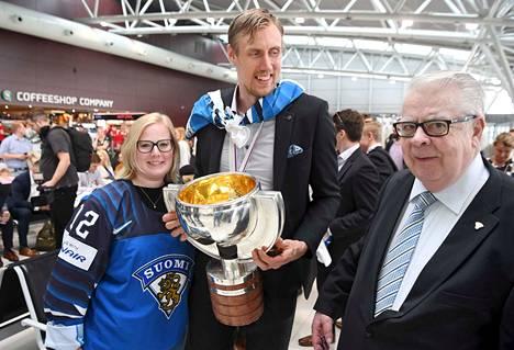 Heidi Anttila, Marko Anttila ja Kansainvälisen jääkiekkoliiton varapuheenjohtaja Kalervo Kummola odottivat yhdessä lähtöä Bratislavan lentokentällä.