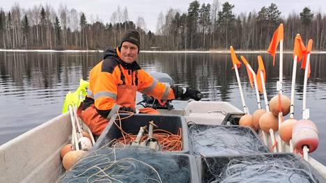 Ammattikalastaja Jani Nieminen Retulasta sanoo, että uusia ammattilaisen verkkoja ei saa suoraan kaupan hyllyltä. Häneltä työvälineitä on viety vuodesta 2017 alkaen. Vain viime syksy jäi väliin.
