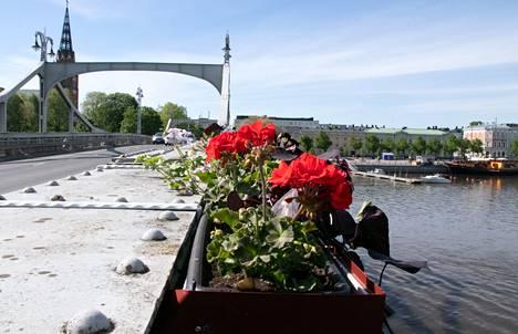 Porinsiltaa somistavat kesällä kukkaset, joita varten on tehty myös erikseen laatikot tuleviakin vuosia ajatellen.