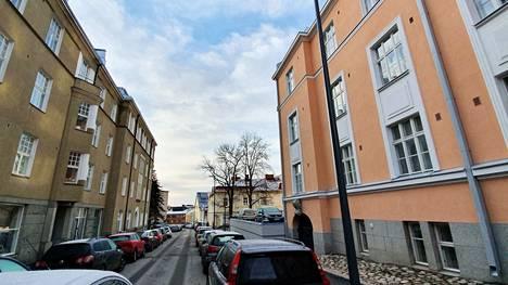 Juhannuskylän vanhat talot sopisivat hyvin päähahmon kodiksi.