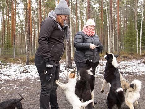 Justiina Uusihonko (vasemmalla) ja Tiia Ketola ovat Kankaanpään koirapuiston vakiokävijöitä. Heidän mukaansa 3000 neliön kokoinen puisto on maastonmuodoiltaan  erinomainen koirille.