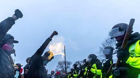 Wrightin kuolema on kirvoittanut Minneapolisin alueella mielenosoituksia, jotka jatkuivat tiistaina kolmatta iltaa peräkkäin.