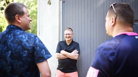 Jani Valverinne (vasemmalla), Tommy Kokkarinen ja Sam Valverinne tapasivat toisensa ensi kertaa lauantaina 24. heinäkuuta 2021 kello 13. Tuona kellonlyömänä Tommy Kokkarisesta tuli viimein pysyvästi osa biologisen isänsä perhettä.