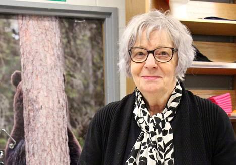 Salli Kajosmäki rentoutuu ja kerää voimia luonnossa. Lyriikassa lyhyet, aforismin omaiset runot ovat hänen ominta alaansa.