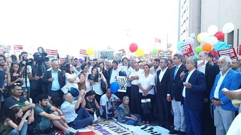 Turkin sananvapaustilanne on kiristynyt dramaattisesti viime vuosina. Uskaliaat kansalaiset protestoivat oppositiolehti Cumhuriyetin toimittajien vankilatuomioita vastaan istanbulilaisen oikeustalon edessä.