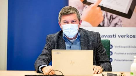 Pirkanmaan koronanyrkin puheenjohtaja, johtajaylilääkäri Juhani Sand muistutti tiistaina, että varovaisuudelle on tarvetta vielä niin kauan, kun väestön rokottaminen on kesken. Kuva nyrkin kokouksesta maaliskuulta.
