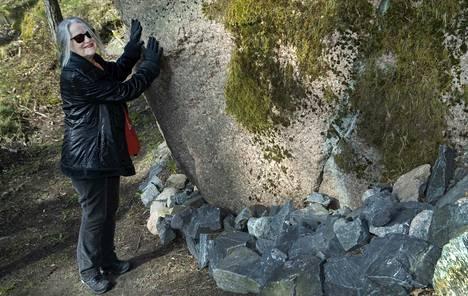 Sirpa Hammar nauttii kävelystä metsässä. Liikunnan lisäksi iloa tuo luonto ja sen kauneus, muun muassa sammalen kirjailemat kalliot.