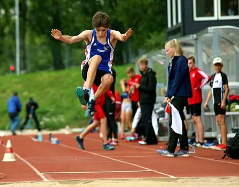 Santtu Kalliomäki loikki toiseksi 15-vuotiaiden kolmiloikassa tuloksella 10,57. Piirinmestaruuskisoissa hän otti hiljattain kultaa kolmiloikassa ja pronssia pituudessa.