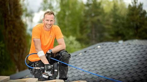 Solarkaton yrittäjän Anders Nylundin kädessä pysyy yhtä lailla puhelin kuin naulapyssy. – Meitä kannattelee tinkimätön laatu ja asiakkaidemme aito tyytyväisyys.