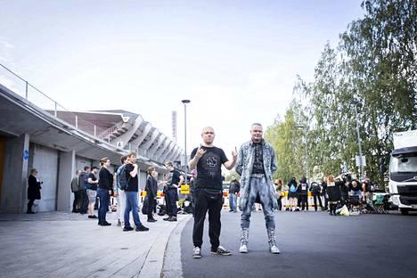 Robert Strey ja Stefan Thiele tulivat Tampereelle Saksasta katsomaan Rammsteinia. Thiele on tehnyt asunsa itse.