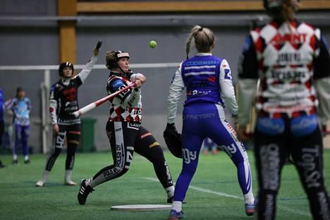 Manse PP testaa Roihuttaria vastaan uusia nimiä ulkopelissään, mutta Henna Suominen pelaa tutulla jokerin paikalla.