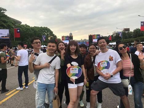 Amo Chang (keskellä) tukee sukupuoli- ja seksuaalivähemmistöjen oikeuksia. Hänen ystävänsä sanovat, että vähemmistöillä on Taiwanissa turvallista.