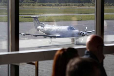 Porin lentokentälle saapuu harjoituksen aikana muiden muassa Pilatus-yhteyskoneita (kuvassa).