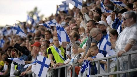 Kirjoittajan mielestä suomalaisten jalkapallofanien ei pitäisi mennä katsomaan EM-kisaotteluita paikanpäälle koronaan liittyvien riskien vuoksi.
