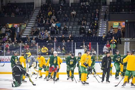 Ilveksen liigajoukkue harjoitteli Hakametsässä maanantaina tunnin verran kello 15.45 alkaen.