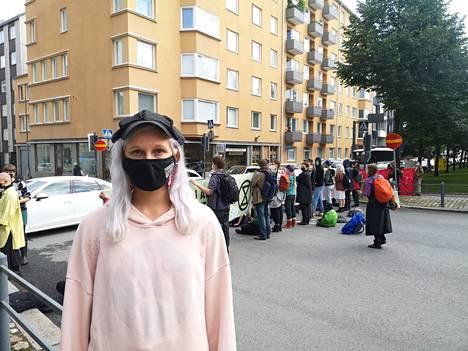 Mielenosoitukseen osallistuva Venla Maijanen kertoo olleensa vasta vähän aikaa mukana Elokapinan toiminnassa.