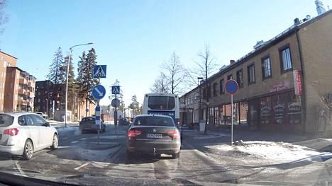 Katso Moron lukijan video, jossa peräti neljä ajoneuvoa ohittaa väärällä tavalla henkilöauton, suojatien ja linja-auton Nuolialantiellä.