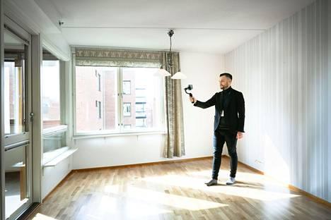Kiinteistövälittäjä Jussi Uusitalo esitteli Näsilinnankadulla myytävänä ollutt asuntoa videopuhelimen avulla kesällä 2019.