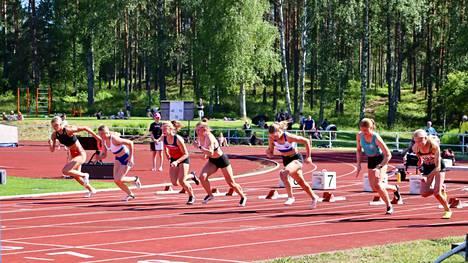 Oinaalan kentällä kisattiin sunnuntaina aita- ja pikajuoksussa. Tässä N17-sarjan 100 metrin lähtö on juuri tapahtunut.