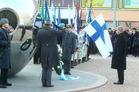 Tasavallan presidentti Sauli Niinistö laski seppeleen Valon tuoja -patsaan juurelle.