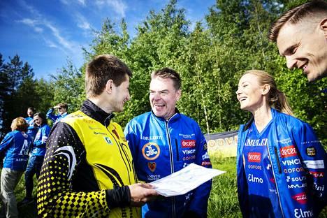 Kooveen ykkösjoukkueen Timo Sild (vas.) muistuttaa Raimo Helmistä, Jenni Aholaa ja Pekka Saravoa pitämään kartan oikein päin.