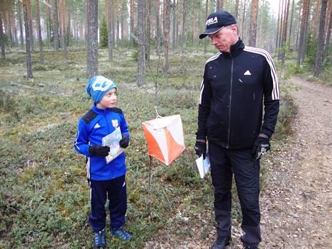Suunnistustaidon siirtoa isältä pojalle. Markku Järvinen antamassa ohjeita Jussi-pojalleen ennen kuntarasteille lähtöä Lintusyrjänharjussa Keuruulla.