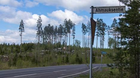 Hissulanmäki sijaitsee aivan Laviantien vieressä, sen pohjoispuolella. Ahmauksentien varressa sijaitsee Luonnonperintösäätiön suojelumetsä.