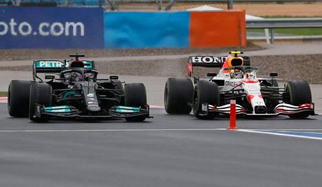 Lewis Hamilton ja Sergio Perez ottivat kunnolla yhteen Turkin kisassa sunnuntaina.