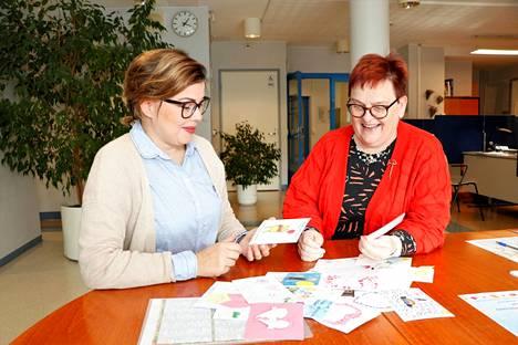 Vanhusneuvoston puheenjohtajana toiminut Minna Kylä-Setälä ja vanhuspalvelupäällikkö Kirsi-Marja Polo ihailivat viime syksynä kortteja, joita alakoululaiset piirsivät yli 80-vuotiaille.