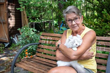 Maatiaiskissan haluavien kannattaisi ottaa löytökissa, suosittelee Kissaliiton varapuheenjohtaja Satu Hämäläinen. Suomessa hylätään vuosittain jopa 10–20 tuhatta kissaa. Hämäläisen sylissä makoilee american curl -rotuinen kissa.