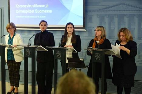 Hallitus piti poikkeuksellisen tiedotustilaisuuden maanantai-iltapäivänä. Anna-Maja Henriksson (rkp), Katri Kulmuni (kesk), Sanna Marin (sd), Aino-Kaisa Pekonen (vas) ja Krista Kiuru (sd).
