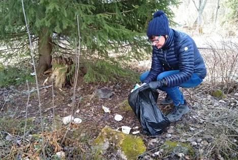 Helena Kauranen on yhdellä monista roskankeräyslenkeistään. Hän toivoo, että mänttäläiset innostuisivat arjen ympäristöteoista.