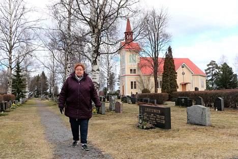 Seija Mäki tietää jo, mihin hänen velipuolensa Markku on haudattu. Hän on käynyt Markun haudalla kahdesti. Markusta tai hänen isästään ei koskaan puhuttu kotona, ei sanaakaan. Perhesalaisuuden paljastuttua moni asia sai kuitenkin selityksensä.