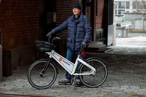 Aamulehti pääsi kuvaamaan Tampereen kaupungille toimitettua koepyörää, joka on lähes identtinen tulevien kaupunkipyörien kanssa. Kuvassa kaupungin liikenneinsinööri Timo Seimelä esittelee pyörää 8. huhtikuuta Tampereella.