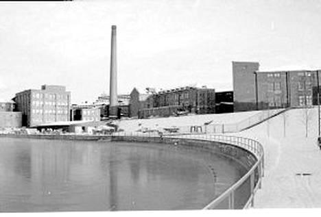 Seppo Kangasniemi otti kevättalvella 1977 tämän kuvan Ratinan stadionin pohjoispuolelta kohti Verkatehdasta. Ainoa joka on tänä päivänä näkymästä jäljellä on Ratinan suvannon penger ja kaide. Hatanpään valtatien varrella olevan talon katolla on vielä Triumph-mainos, joka ei nyt enää samasta kohdasta näy.