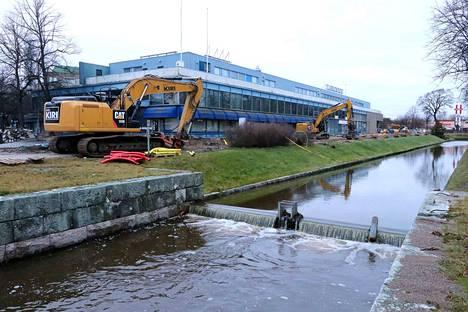 Kanalinrannassa uusitaan vesi- ja viemäriverkostoa kauppakeskusta varten. Työt jatkuvat kesäkuuhun saakka.