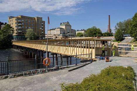Mokkapuistoon johtava Tammerkosken ylittävä väliaikainen silta on käytössä Hämeensillan ja raitiotien rakentamisen ajan eli syksyyn 2021 saakka.