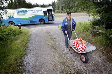 Voitto Tupila on Mukkalan myymäläauton vakituinen asiakas.