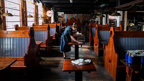 Ravintolat joutuvat jälleen sulkemaan ovensa, mutta ulosmyynti on sallittua. Tämä kuva on viime maaliskuulta Tampereelta ravintola Plevnasta, jossa Emmi Gialitaki pesi ruokailupuolta, kun ravintola meni kiinni.