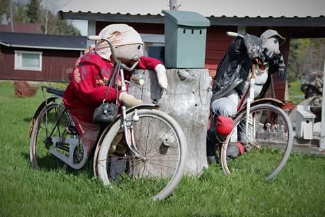 Retkipyöräilyssä asenne ratkaisee. Kilometrien sijaan retkeillessä kannattaa kerätä muistoihin upeita nähtävyyksiä, omaperäisiä pihakoristeita ja monipuolisen luonnon antimia kaikin aistein. Nämä pyöräilijät tervehtivät ohikulkijoita Risteentien ja Kolsintien risteyksessä Kokemäellä.