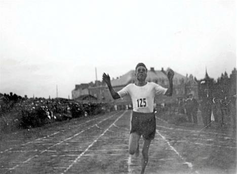 Samuli Tala lähetti kuvan isoisoisästään Sameli Talasta, joka oli 1910–1920-luvun tähtijuoksijoita. Kuva on perimätiedon mukaan vuoden 1917 kilpailuista Pyynikin kentältä.