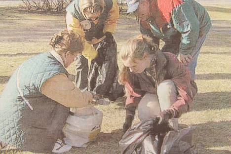 Koirankakat talteen kakkakekkereillä, edessä Anne Kortetmäki ja Satu Palokangas-Tuononen, takana Anne Lammintausta ja Pekka Niemin.