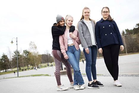 Kristiina Erkkilä, Selina Renfors,  Laura Lehtinen ja Sofia Jalonen pohtivat aikuisille ohjeita siihen, miten tulla toimeen oman teinin kanssa.