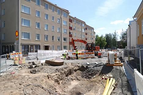 Sepänkadulla tehdään kaivauksia. Tampereen sähkölaitokselta kerrotaan, että sähkökatko johtui siitä, että kaivuri osui kaapeliin.
